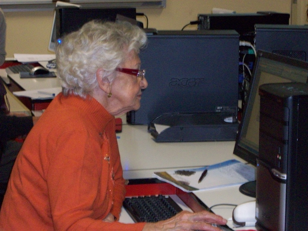 una nonna al computer